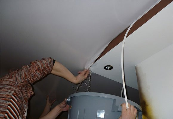 Как слить воду с натяжного потолка самостоятельно
